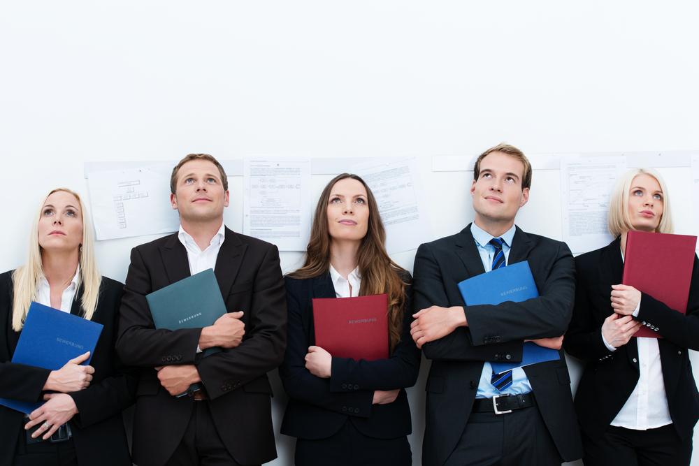 kandidaten warten mit bewerbungsschreiben - Bewerbung Job